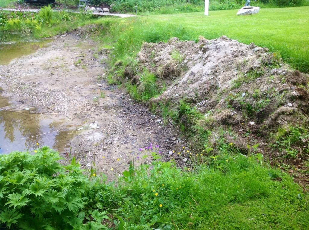 En krater som ska bli ett trädäck med mur mot gräsmattan... Krafterna gjorde vi för flera år sedan...