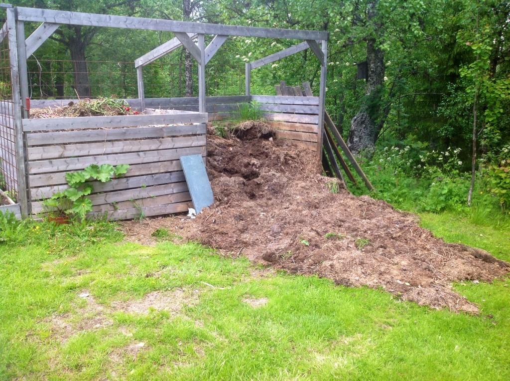 Kompostjord utdragen ut över halva gräsmattan...