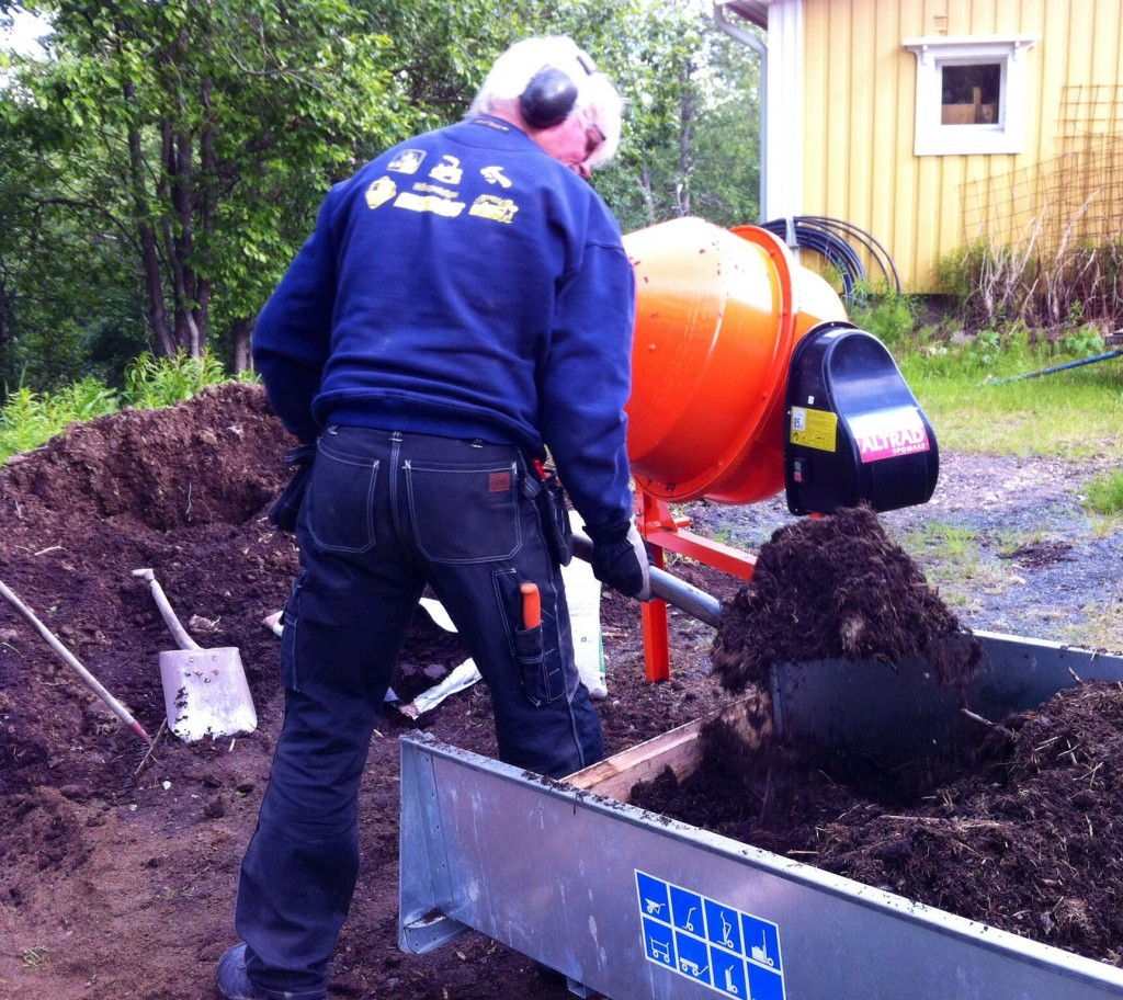 Först laddas blandaren med kompost jord och eventuellt torv...