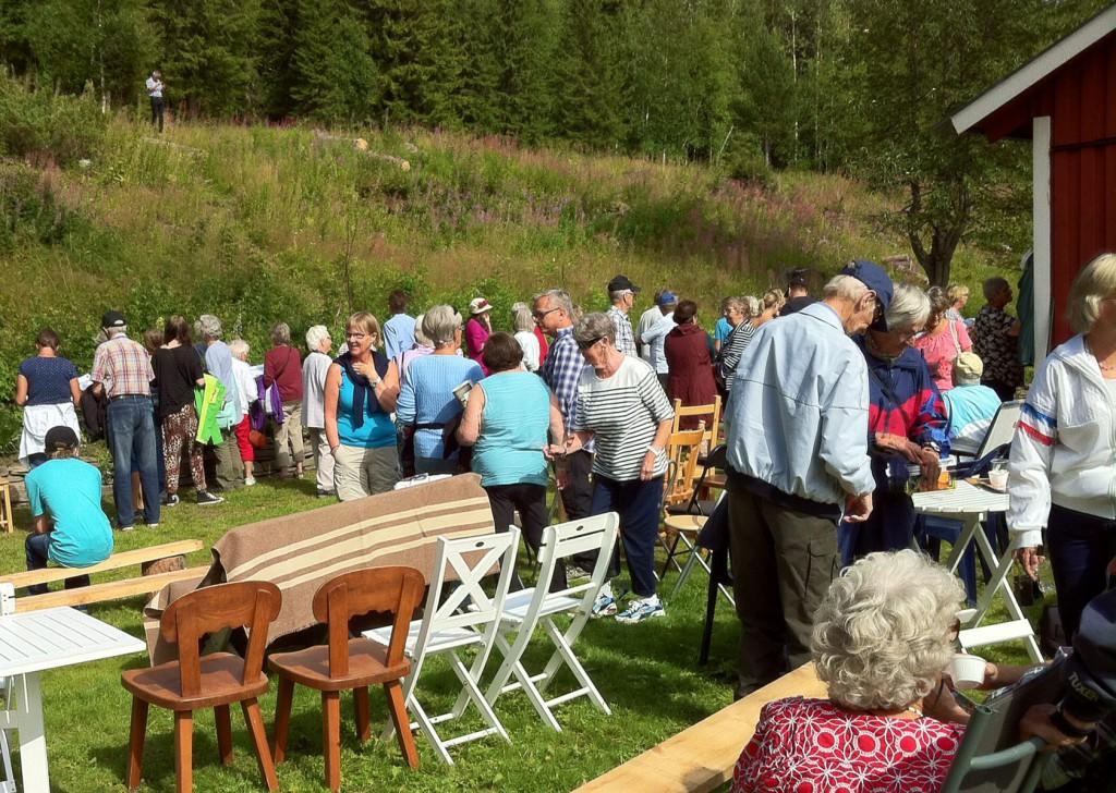 250 personer kom för att vara med på återinvigningen av trädgården
